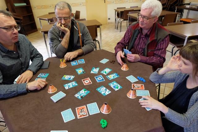 La mécanique du jeu n'est pas du tout classique. Le Shaman commence par jouer une carte face visible, parmi les 5 qu'il a en main, soit devant lui soit devant un autre joueur, puis chacun fait de même. Ensuite, le Shaman joue une carte face cachée de la même manière, suivi par les autres joueurs. Enfin, le Shaman peut placer un de ses pions sur une carte devant lui, ou devant un autre joueur, qu'elle soit visible ou cachée, et chacun fait de me^me, ce pion lui permettant d'appliquer le pouvoir de la carte. Ensuite, le Shaman retourne une des deux cartes du centre et on défausse les cartes qui ne correspondent pas au niveau de leur couleur et on applique leurs effets, dans l'ordre de la table.