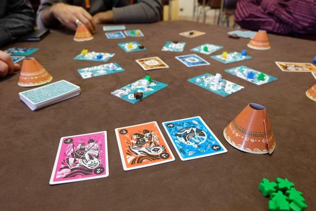 Petite vue de la situation, juste avant que je défausse mes cartes violette et rouge, puisque seules ne seront conservées, devant chaque joueur, les cartes orange et bleues.