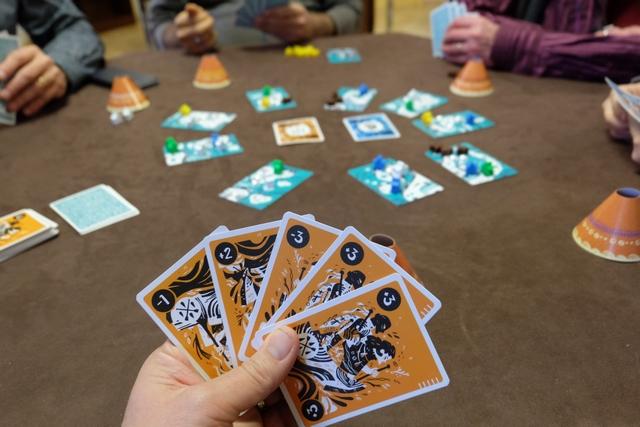 Oulhalha, cette main de cartes ne me dit rien qui vaille, car si la couleur orange n'est pas décomptée en fin de tour, je ne pourrai pas faire grand chose (à l'exception de mon pion joué éventuellement sur une carte adverse bien sentie)...