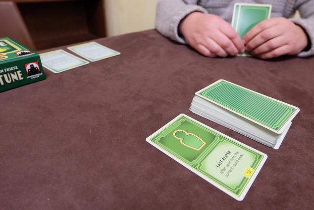 """Nous avons commencé la partie à 3, puis, finalement, nous avons recommencé à 5, avec Pierre, Yohel, Fabrice, Lila et moi. Ci-dessus, alors qu'on a une main de 2 ou 3 cartes chacun, on découvre la carte """"Last player"""", cette dernière ayant vocation à indiquer la fin du tour."""