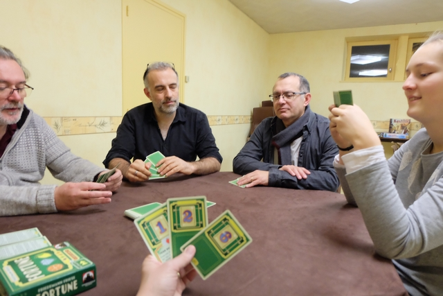 Le but du jeu, enfin à ce moment précis de la partie, est de collecter en main le plus fort total avec ses 3 cartes. Si on en a plus, on doit en défausser une au centre de la table. On peut aussi prendre une carte à l'étalage, au centre de la table donc, au lieu de la prendre dans le tas de cartes cachées. Par la suite, arriveront d'autres finesses : suite de cartes rapportant plus, bonus liés aux cartes en main, ...