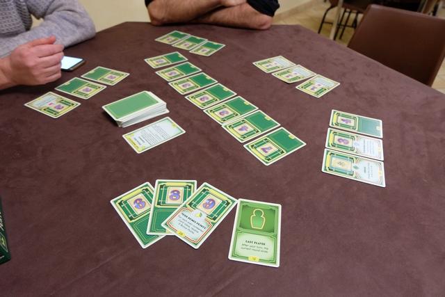 """J'ai finalement récupéré la carte """"Last player"""" et la manche vient de se terminer. Nous sommes deux à égalité pour la victoire et un seul a perdu la manche. On note simplement cet état de fait. Puis, on défausse dans la boîte les cartes du joueur ayant perdu la manche, on remélange les cartes des joueurs + celles de l''étalage + 3 nouvelles cartes de la pioche, et on repart pour une seconde manche."""
