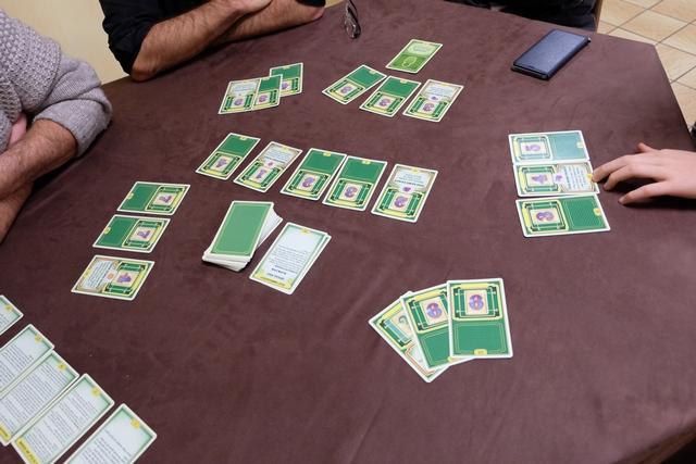 """Fin de deuxième manche. A noter qu'il y a un nouveau tas de cartes, intitulées """"Special effects"""", à côté de la pioche, seule la carte du dessus, la dernière ajoutée donc, étant valide pour la manche (les manches ?) à venir..."""