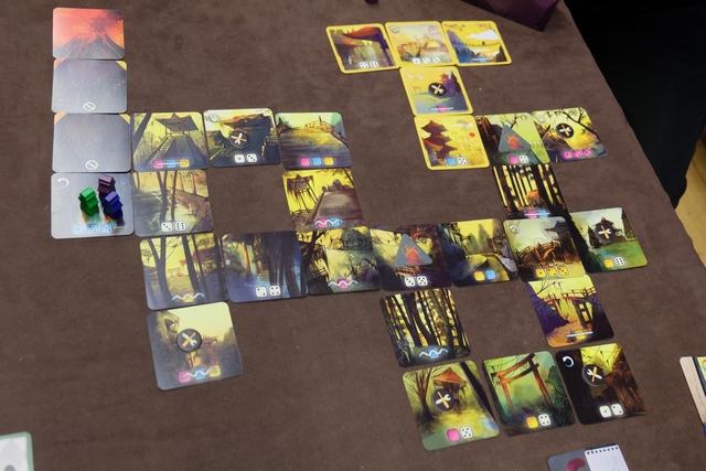 Le jeu ne comporte pas de plateau, celui-ci étant remplacé par une série de cartes positionnées dans un ordre pré-établi. En effet, le jeu comporte pas moins de 7 scénarios, ce qui est un sacré gage de renouvelabilité...