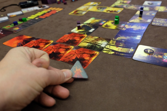 Lorsqu'un joueur atteint ou dépasse une carte avec un volcan, une éruption supplémentaire (unique) survient. Ça accélère le jeu et provoque une augmentation du stress bien légitime... N'est-ce pas Jeff ? ;-)