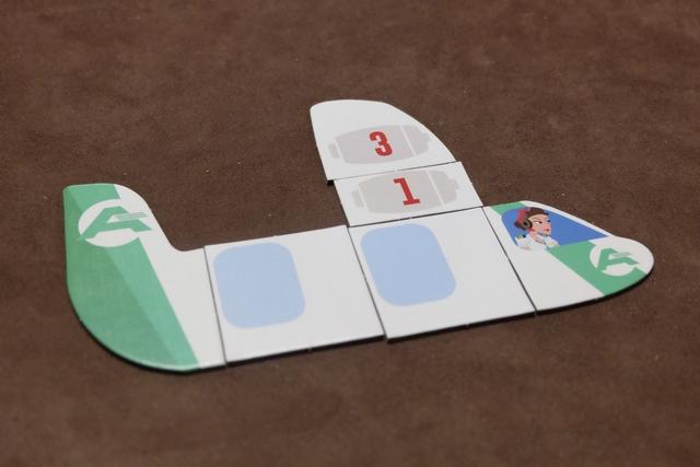 Et voici à quoi ressemble mon avion après cet add-on. J'en profite pour expliciter ce qu'on peut ajouter à son avion : de la vitesse et des sièges, OK, mais aussi des lignes d'autres compagnies qu'on peut utiliser dorénavant. Certainement une des clés de la victoire... A noter aussi que plus on se spécialise, plus cela coûte cher. Du coup, parfois, on va seulement investir dans un bonus temporaire d'un siège ou d'une vitesse (jetons bleus).