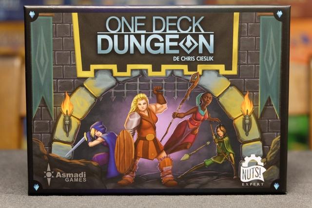 Cette photo ne vous donne aucune idée de la taille de la boîte, j'en suis bien conscient ! Sachez qu'elle est à plein plus grande et épaisse que les boîtes de jeux de cartes Amigo mais qu'elle renferme pléthore d'aventures à vivre, épiques et immersives...