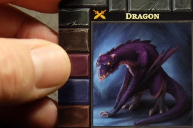 Après avoir choisi son héros, il faut choisir son donjon (parmi 5). En fait, il serait plus juste de dire qu'on choisit son gardien de donjon... En effet, c'est bel et bien lui qu'on va approcher petit à petit, tandis qu'on descend dans les 3 étages successifs du donjon, avant d'avoir le privilège de le combattre ! Je choisis le dragon violet, à priori gardien du donjon le plus abordable... A voir en fin de partie !