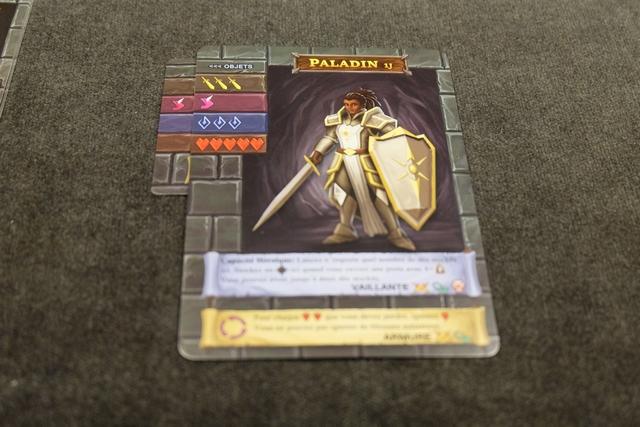 J'opte pour le gain d'un dé rose, ce qui me rajoute un objet à gauche, m'interdisant d'en prendre d'autre avant d'être au niveau 2 (ou alors, il me faudrait basculer la carte en XP pour mettre la nouvelle)...