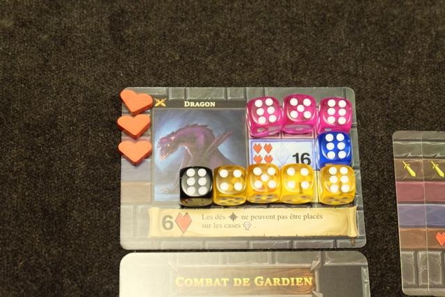 Trois blessures infligées au dragon grâce à mes trois dés colorés de valeur 6 placés à droite !