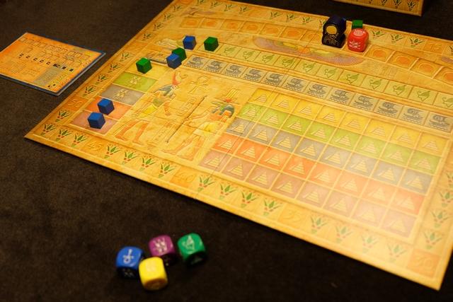 Fin de premier tour, après que j'ai placé un cube aussi en civilisation et réalisé une progression d'une case sur la piste du pharaon.
