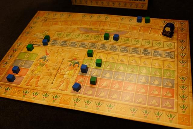 Arghhhh.... Je couine, Leila réussit aussi une série de 3 dés Râ et empoche aussi 3 PV, tout en me doublant sur la piste du pharaon ! Et, ensuite, je ne parviens pas à la redoubler sur cette piste ! Décompte de première manche à venir...