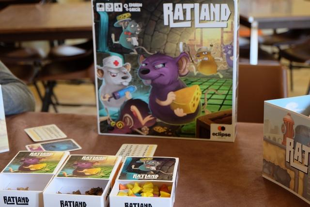 Leila avait tellement envie d'y rejouer et Christian étant prêt à découvrir ce jeu aux dessins si attachants pour un amateur de BD, c'est bien Ratland qui arrive le premier sur la table de jeu du jour !