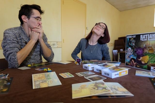 Ce jeu est clairement propice aux mauvais sorts lancés par ses adorables voisins, n'est-ce pas Joris, pendant que Maitena pioche des portions de fromage...