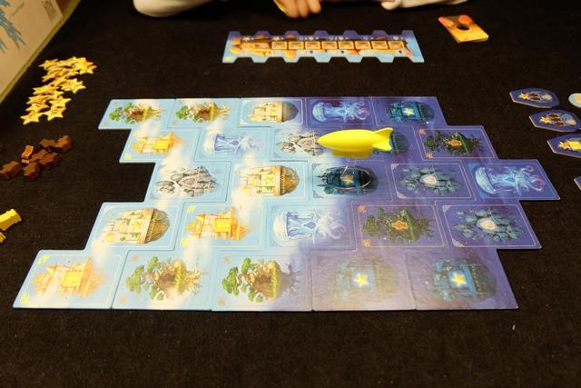 Le jeu vient d'être mis en place et nous allons pouvoir nous lancer dans une sympathique partie à 3, Leila avec les orange, Julie les roses et moi les violets.