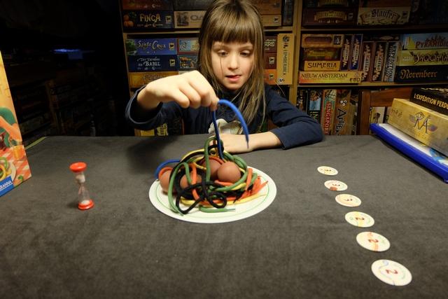 Miam miam miam ! Elle est gourmande Leila au premier tour, croyant chiper l'immense spaghetti bleu du départ alors qu'il est plus qu'emmêlé avec les autres... ;-)