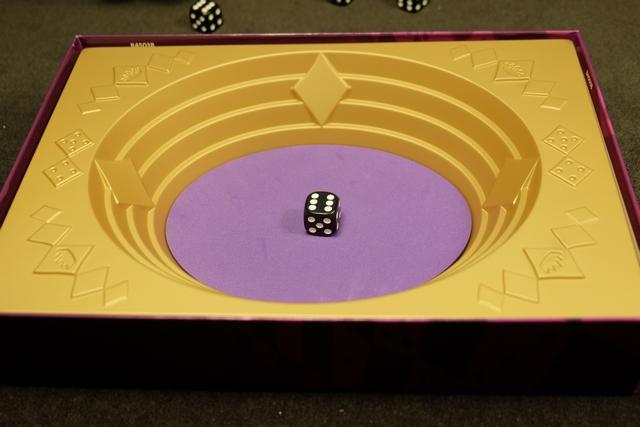Comme c'est le premier compte-rendu de partie sur ce jeu, je vous en présente les règles... Au début, on place un dé au centre de l'arène et chaque joueur, à deux, prend 9 dés.