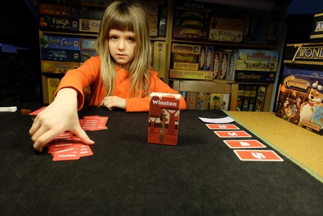 Leila, qui avait lu la règle avant notre précédente partie avortée, tient à distribuer les cartes et à mettre le jeu en place. On est certains, au moins, que le jeu ne pourra qu'être meilleur ! Bon ? A voir après cette partie de re-découverte... ;-)