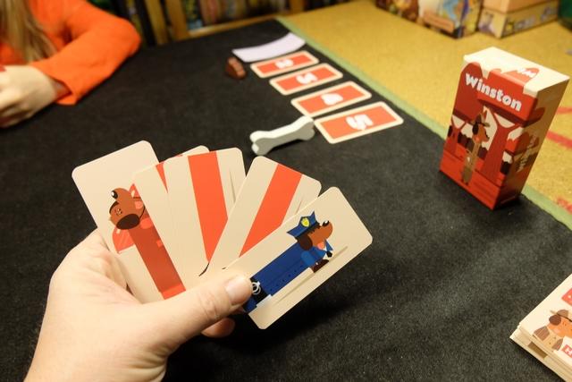 Chaque joueur dispose d'une main de 5 cartes pour aider à la construction de chiens, au centre de la table, sachant qu'on peut ajouter autant de corps qu'on veut, mais que chaque chien ne peut avoir qu'une seule tête. Tout le sel du jeu vient du fait que l'on est toujours tiraillé entre terminer un chien, court, et le prendre, ou le laisser au centre pour plus tard, au risque que l'adversaire s'en saisisse, après l'avoir rallongé ! Et oui, plus un chien est long, plus il rapportera de points...