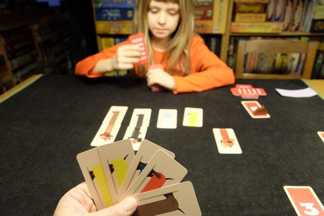 Appâter l'autre, le laisser croire qu'il peut poser quelques cartes sans risque, telle est l'âme, la saveur, de ce jeu..