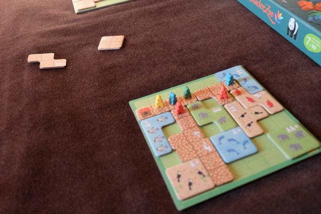 Leila est la première à ne plus pouvoir jouer : fin de partie pour elle. un peu comme moi, on attendait naïvement la sortie d'une tuile de 4 cases en longueurs, inexistante... :-(