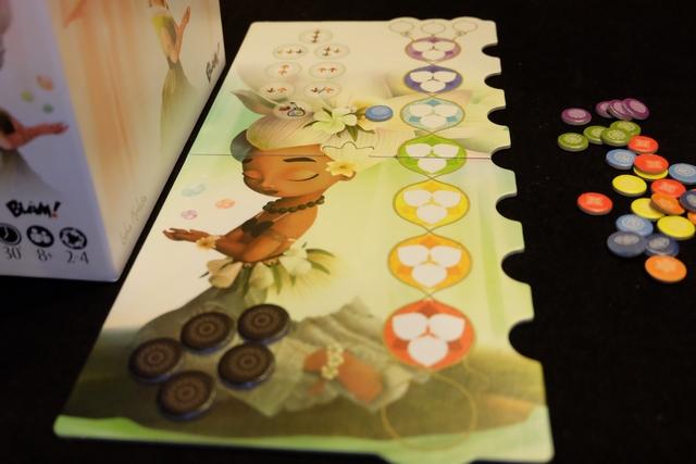 Chaque joueur dispose d'un plateau individuel sur lequel il possède 5 jetons d'inspiration (les noir et doré en bas à gauche) pour, soit faire entrer des pierres (des énergies) au niveau choisi à droite (en plaçant le jeton dans l'encoche), soit jouer des actions en haut à gauche (canaliser ses énergies) du type déplacer des pierres dans les zones colorées de droite. Le but du jeu sera, évidemment, d'harmoniser ses énergies en plaçant ses pierres sur les zones de la même couleur.