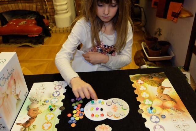 Nous jouons, une fois encore, à deux joueurs, et Leila se prend facilement au jeu, celui-ci étant on ne peut plus zen et tranquille...