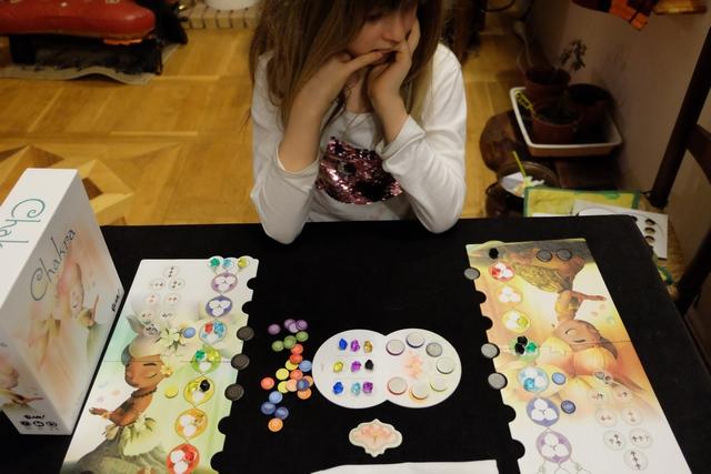 Oui, c'est sûr, le jeu est très plaisant et s'apparente à une sorte de course : le premier qui aura harmonisé 5 chakras mettra fin à la partie et on comptera alors les points : la valeur des chakras harmonisés (la plénitude) + les énergies apaisées (pierres noires arrivées en bas) + un bonus pour la plus longue ligne de chakras harmonisés. A noter qu'on a les moyens de connaître la valeur des chakras harmonisés puisqu'on regarde une couleur (en mettant un jeton coloré sur son plateau pour s'en souvenir) quand on réalise l'action de méditation. Ça ne me semble pas fondamental, mais on verra bien...