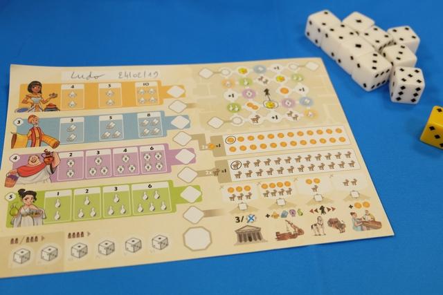 Chaque joueur dispose d'une feuille sur laquelle il va noter ce qu'il a choisi sur chacun des 6 tours de jeu x le nombre de joueurs, soit 18 manches pour notre partie du jour. Sur la gauche, on s'occupe des dés placés de la deuxième à la cinquième positions sur la piste de lancer. A droite, au milieu, on note les chèvres (obtenues sur la ligne la plus en bas) et les pièces (obtenues sur la ligne la plus en haut). Au-dessus, on déplace son artisan en fonction de la valeur du dé choisi (quel qu'en soit le nombre), et, tout en bas, on indique les bâtiments construits en payant les chèvres et pièces requises. Ouf...