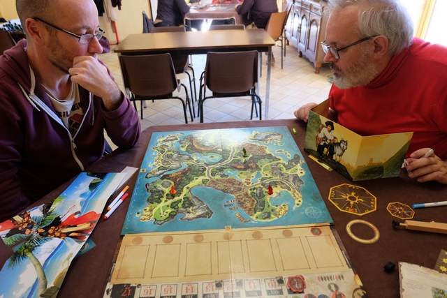 Accompagné d'Olivier, à gauche, et de Christian, à droite, je suis plus qu'excité à l'idée de découvrir ce jeu ! A noter que, comme nous sommes trois, les deux joueurs qui me font face vont interpréter chacun deux pirates, le orange et le rouge pour olivier, le bleu et le vert pour Christian, tandis que je vais incarner Long John Silver, pirate noir, dans ce jeu clairement asymétrique...