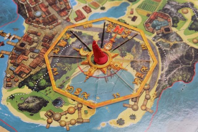 Le début d'un tour de jeu se déroule de la manière suivante : le pion du pirate le plus en retard sur la piste du temps est déplacé sur la première case en avant puis l'événement associé est résolu (le plus souvent, Long John donne un indice aux joueurs). Ci-dessus, on voit que l'indice que j'ai fourni m'a fait placer la boussole sur une figurine de mon choix (la rouge) et pointer trois secteurs, en traçant au feutre directement sur le plateau, parmi lesquels se trouve le trésor recherché par les pirates (ouest, nord/ouest et nord). Bien entendu, j'ai choisi la figurine la plus excentrée, afin de n'éliminer qu'une zone minuscule...