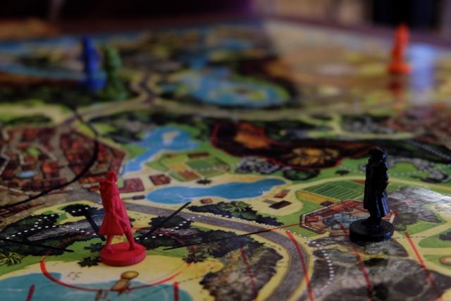 Les pirates viennent d'enfermer ma figurine noire, représentant Long John Silver, dans une des neuf tours noires de l'île : une prison ! C'est de celle-ci que, au 17ème jour de recherche, je vais devoir m'évader pour aller récupérer mon précieux magot... Sans vous révéler de suite où il se trouve, sachez que je suis assez satisfait du choix de prison de mes anciens amis : je vois la cache du haut de la tour, sans aller bien loin...