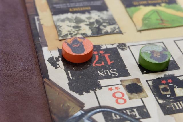 Comme le pion orange rallie le 17ème jour de la piste du temps, c'est mon heure qui s'annonce : je m'évade et peux déplacer ma figurine d'un maximum de 6 miles depuis la tour où elle était enfermée ! Ensuite, les autres pirates joueront chacun un tour, puis ce sera à moi, etc... Mais je n'aurai pas besoin de plusieurs tours pour récupérer mon butin, au nez et à la barbe de mes anciens amis... ;-)