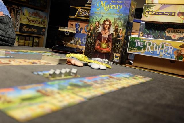"""Et revoilà l'excellent Majesty sur la table ! Leila me dit que c'est un de ses """"meilleurs jeux du monde""""... ;-) A droite, vous pouvez apercevoir les autres jeux qui ont failli ressortir aujourd'hui..."""