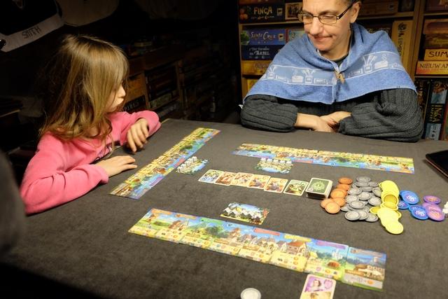 Alors que j'étais persuadé que Julie y avait déjà joué, en fait, elle découvre ce splendide jeu tout simple mais si tendu et agréable... A noter que, étant premier joueur, j'ai honteusement pu profiter de la présence d'un noble en première position dans la file... ;-)