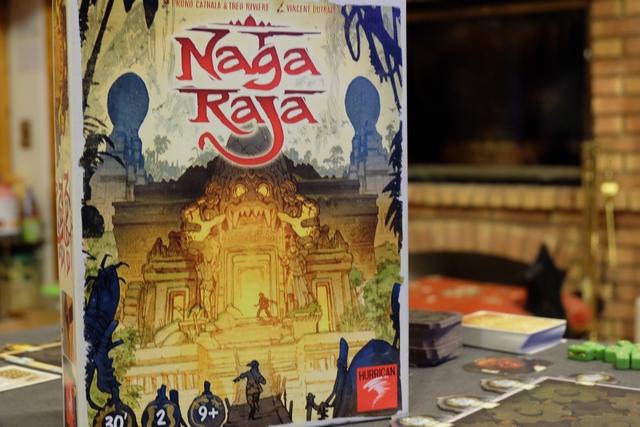 La boîte de Naga Raja est quand même assez magnifique, avec ses tons de feu et son ambiance inquiétante... On a affaire à un jeu à deux, proposé par Hurrican, dans la suite de Kero sorti pour Essen.