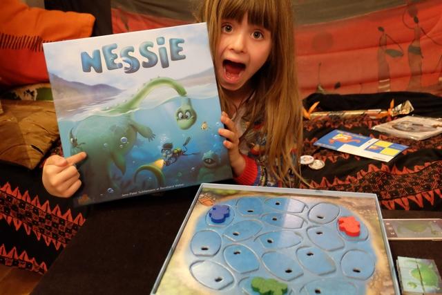 Le jeu que j'ai rapporté à Leila du FIJ de Cannes, c'est ce tout mignonnet Nessie, sorti chez un éditeur qu'on devrait voir de plus en plus en France, à savoir Lifestyle, un éditeur russe.