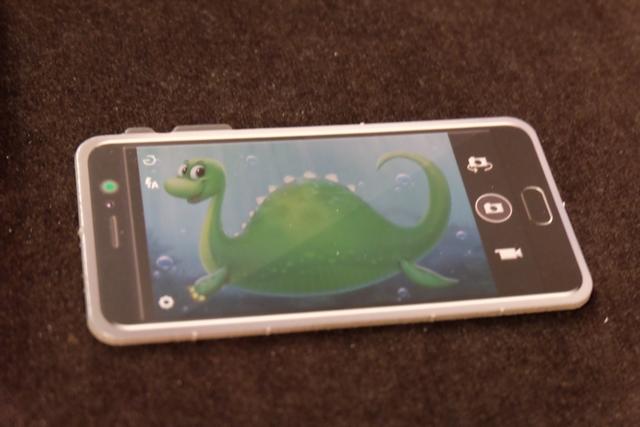 Chaque joueur plongeur essaie de photographier Nessie dans le lac du Loch Ness, avec son téléphone portable ! Nessie est composé de 6 parties de puzzle qu'il va donc falloir assembler...