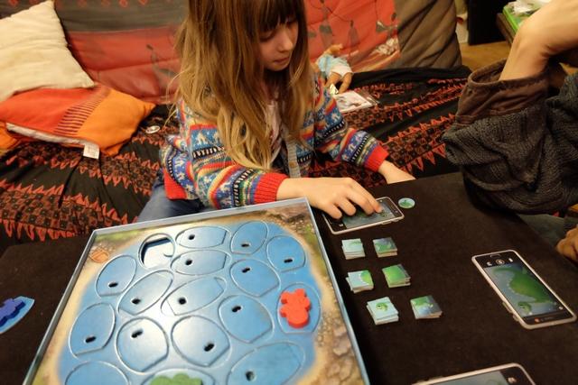 Une fois retiré, le jeton est échangé contre un morceau de puzzle correspondant puis placé sur le téléphone du joueur.