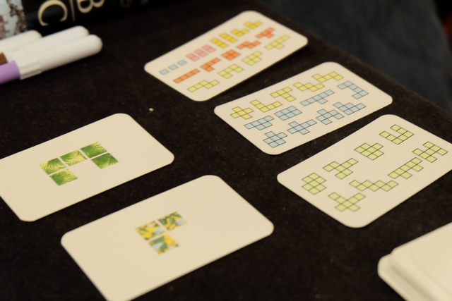 Ci-dessus, vous pouvez voir la liste de toutes les formes disponibles sur les trois cartes étalées, ainsi que les deux cartes piochées pour le premier tour...