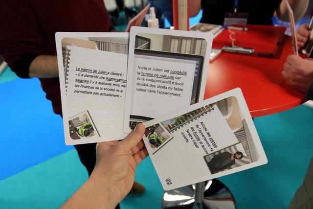 Chaque joueur reçoit une main de 3 cartes (la mienne ci-dessus), sachant qu'il va, à son tour, devoir choisir entre en placer une sur le tableau (c'est un indice à son avis) et en défausser une (c'est une fausse piste selon lui). En début de partie, on navigue à vue, mais les éléments s'assemblent petit à petit. Précisions concernant les parties soulignées de texte sur mes 3 cartes : si je les défausse, je dois lire uniquement les parties soulignées à mes partenaires de jeu.