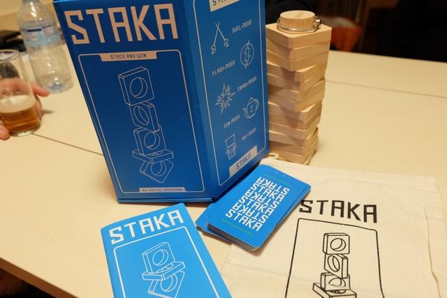 Staka est un jeu qui se laisse traîner sur la table, lors d'un repas au restaurant par exemple, tant il se pratique de manière naturelle, quasiment sans règle... L'origine de sa création, de son idée, vient d'ailleurs de là, comme me l'a expliqué l'un des responsables d'Helvetiq à Cannes cette année. En effet, son auteur l'aurait imaginé lors d'une soirée au restaurant, en manipulant des ronds de serviettes pour créer des figures !