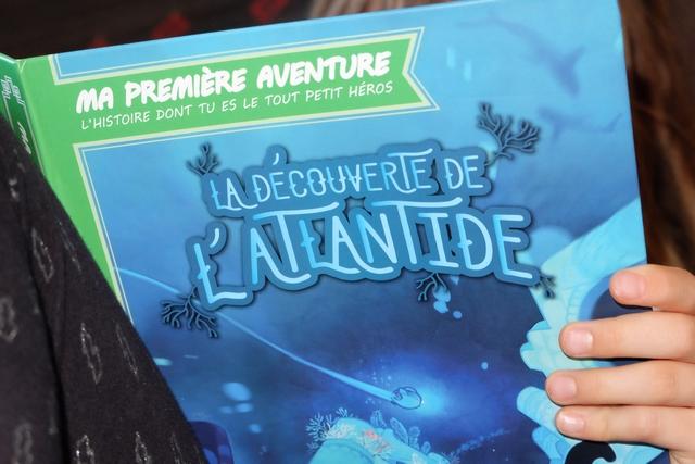 """La Découverte de l'Atlantide est un nouvel opus de la série """"Ma Première Aventure"""" une sorte de livre dont vous êtes le héros mais pour les plus jeunes, avec alternance de BD et de textes à choix. Leila adore ! ;-)"""