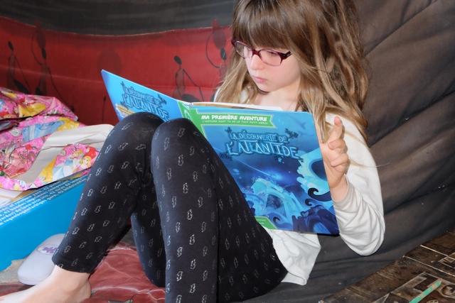 Ultra concentrée, Leila, qui lit très bien toute seule à présent, essaie de se sortir sans trop d'encombres des embûches marines qui vont jalonner son récit...
