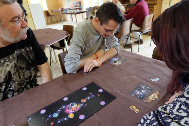 Pour le moment, chacun de nous décrit sa carte, comme je l'ai fait précédemment. Ainsi, François, Joris et Maitena tentent de donner des pistes au joueur actif pour les cartes à venir...