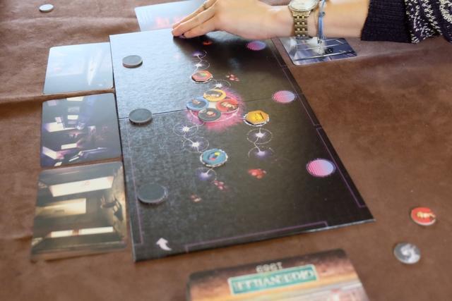 Maitena attribue les jetons aux cartes piochées, en respectant obligatoirement l'ordre des cartes (afin qu'on n'identifie pas les cartes évidentes par rapport aux autres)...