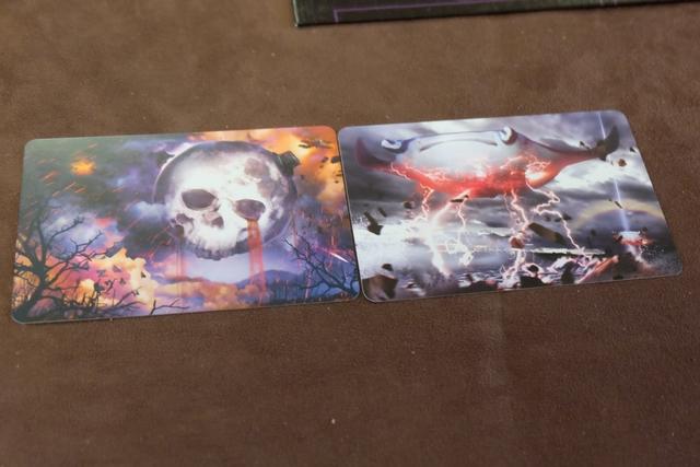Histoire de vérifier : pour vous, laquelle des deux cartes représente le plus cette notion d'envahisseurs extra-terrestres hyper destructeurs ?
