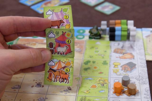 Chaque joueur a reçu une tuile de foire à valider en fin de chacune des trois premières saisons : j'aurai besoin d'une vache et d'un cube d'argile, à exposer en fin de printemps, pour enregistrer un gain de 2 PV (pas de défausse des éléments, c'est une expo), puis un mouton, un bois transformé (cylindre marron) et un cube de bois pour la fin de l'été, avant de tenter de présenter un cheval + une biche en fin d'automne. Bien sûr, les tuiles sont conservées face cachée pour ne pas se faire trop pister par les autres joueurs...