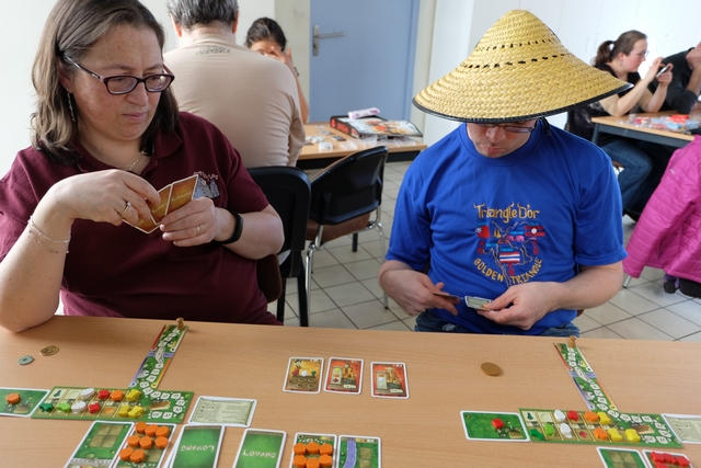 Nous jouons cette partie de (re)découverte à 3 joueurs, Véronique, Romain et moi-même. On va passer un sacré bon moment, notamment avec la phase de constitution de cartes à l'étalage, particulièrement originale...