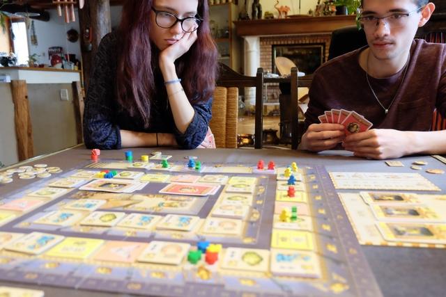 Très rapidement, Maitena et Joris se rendent compte que le jeu est bien tactique... La partie est super plaisante et on apprécie toujours autant le mécanisme qui oblige à jouer l'une des deux cartes en bord de sa main : la plus à gauche ou la plus à droite, tout en rajoutant la nouvelle en plein milieu. Forcément !